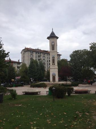 Hilton Garden Inn Kutahya: Otelden çıkın sağa doğru 100 metre yürüyün solunuzdaki meydanda bu harika saat kulesini göreceks