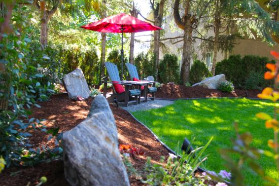 Boyce-Gyro Beach B&B: Garden retreat