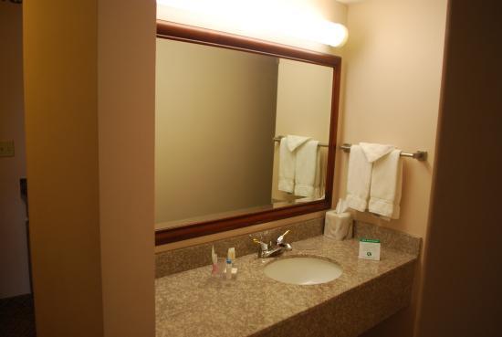 Le Ritz Hotel & Suites: Bathroom