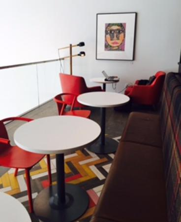 West Vancouver, Canadá: Plug-Ins-ComfyChairs-Artwork at Simons Café: Photo by Karen Henrich