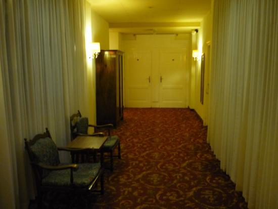 Hotel Furstenhof: коридор