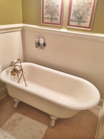 Bell Buckle, TN: Claw foot bathtub, Covington Room