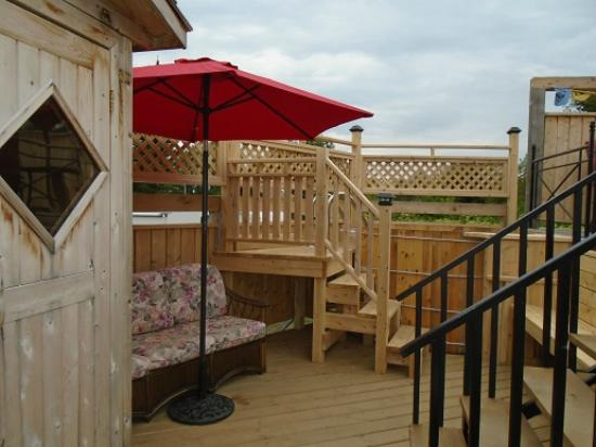 Lanark, Kanada: The lower deck offers a European experience with the outdoor Finnish Sauna and oval wooden cold