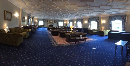 Whittlebury, UK: Very cool hall, wanted to ship those couches home