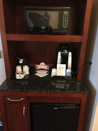 Hilton Garden Inn Houston Energy Corridor: Coffee, fridge and microwave in room