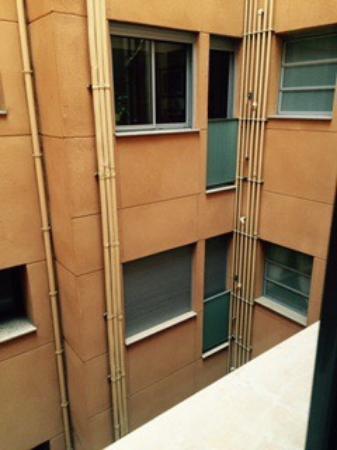 """Sagrada Familia Apartments: Le paillasson , la vue """"sur la Sagrada"""" et les fils électriques dénudés"""