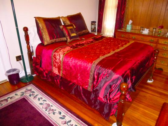 Fox Castle Bed and Breakfast : Bedroom with its very comfortable bed.
