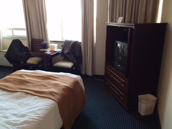 Howard Johnson Hotel Downtown Toronto - Yorkville: Tv antiguinha, mas atende super bem com os canais à cabo