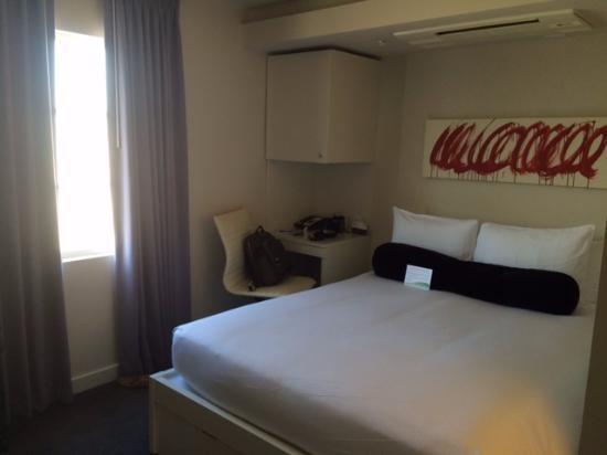 هوتل كين: Bed & work desk on the side
