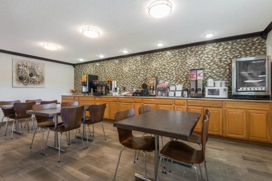 Super 8 Kimball: Breakfast Area