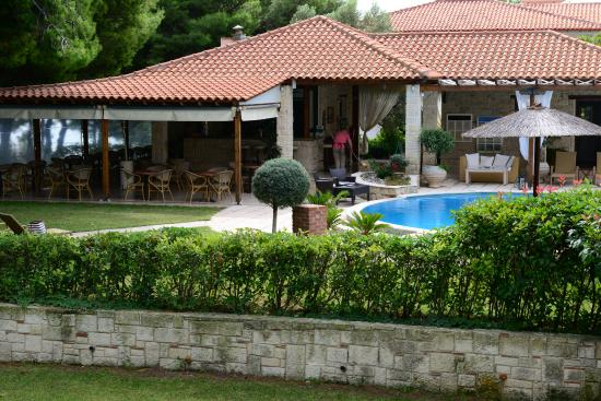 Country Inn Hotel: Pool and bar