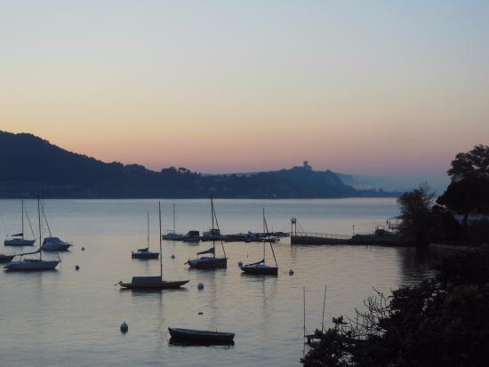 Meina, อิตาลี: Vue des chambres côté lac (matin à 7h30)