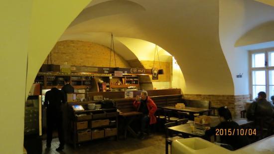 Cezar Pince: 店内景観 一例