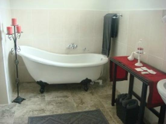 The Lapha B&B: Spacious De Luxe Bathroom