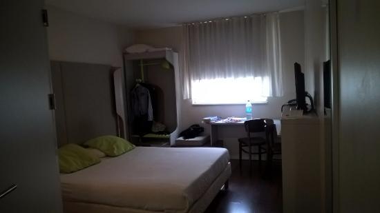 Campanile Lodz: pokój z widokiem na hotelowy parking