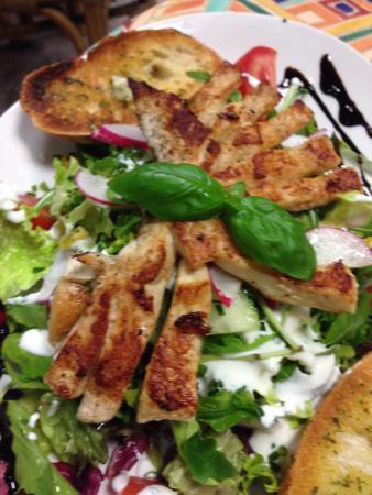 Café Münchner Freiheit: salad w/ chicken
