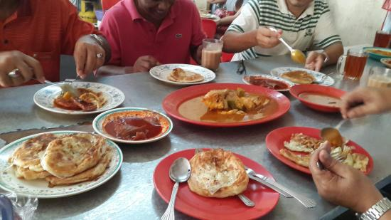 Estado de Melaka, Malásia: Roti canai with fish head curry
