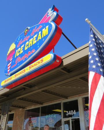 Holly Hop Ice Cream Shoppe: Exterior