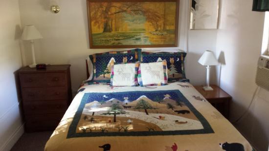 White Oak Motel & Cottages: bedroom in #15