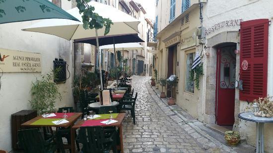 Callian, Γαλλία: Terrasse sympathique dans un beau village perché dans le var