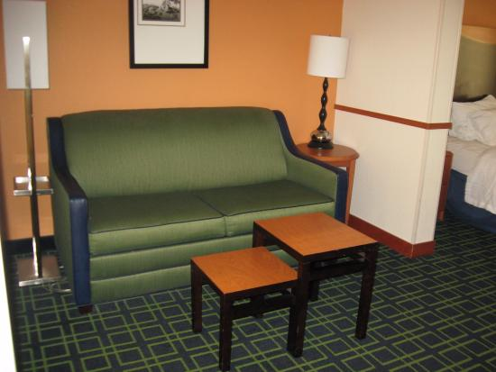Fairfield Inn & Suites White River Junction: Comfortable sitting area in roon
