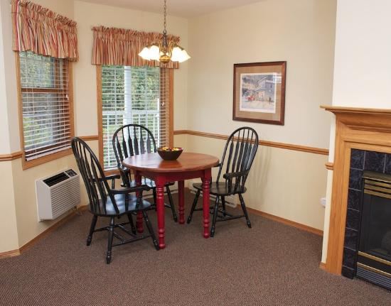 Bay Breeze Resort: King Suite dining area