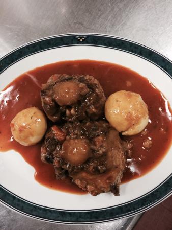 Parla, Spanien: Callos de ternera a la madrileña y rabo de toro estofado platos de temporada del RTE. LINARES