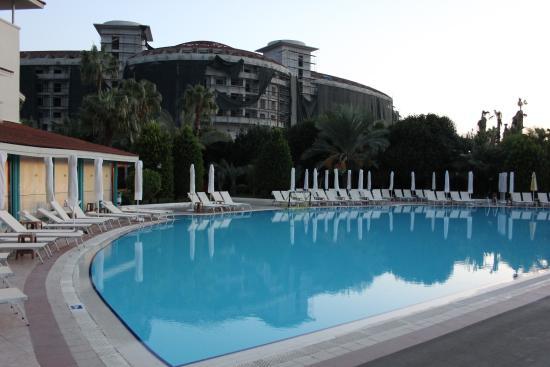 Febeach Hotel Side: Pool und Baustelle