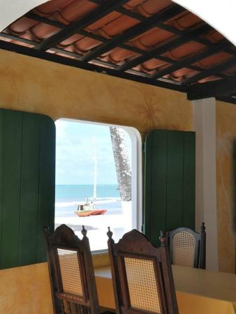 Pousada Chez Roni: Sala do restaurante com vista para o mar