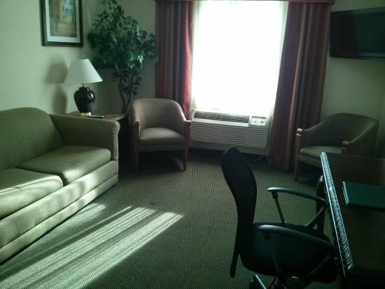 Quality Inn & Suites in Gettysburg: Living area of King suite