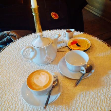 cappuccino und tee mit honig und zitrusfr chten bild von cafe camelot krakau tripadvisor. Black Bedroom Furniture Sets. Home Design Ideas