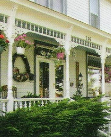 Brierwreath Manor Bed and Breakfast: Front porch