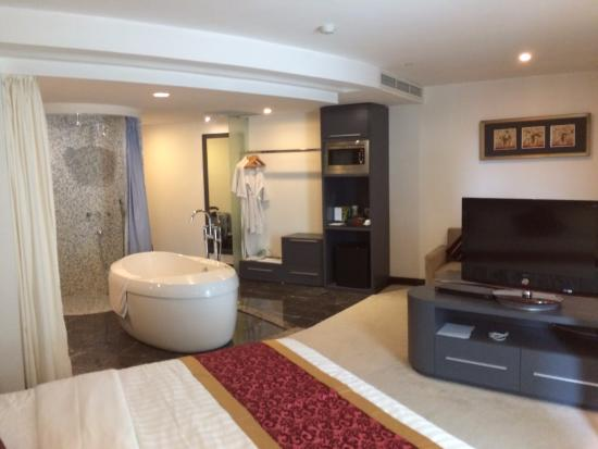 The Hanoi Club Hotel & Lake Palais Residences: Lovely signature room with an open bathroom area
