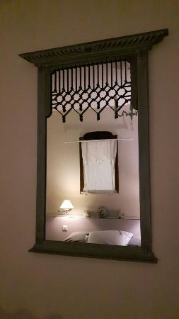 Crevecoeur-sur-l'Éscaut, France : La chambre - salle de bain très grande, douche à l'italienne