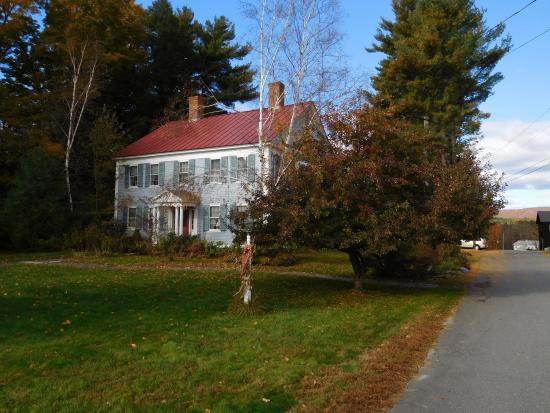 The Centennial House Bed and Breakfast: Centennial Hiuse from the main road