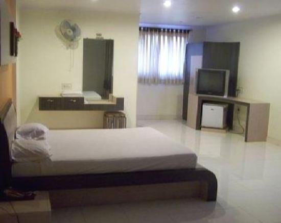 Embassy Hotel : Room