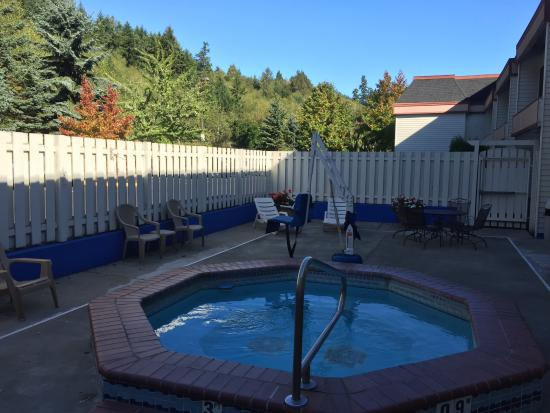 GuestHouse Inn & Suites Poulsbo : courtyard hot tub