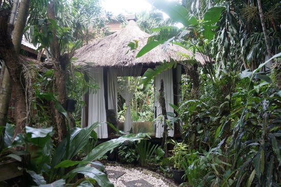 Raintree Lodge: Garden gazebo