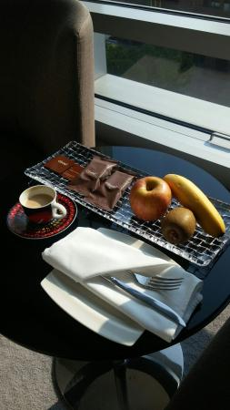 Le Meridien Taipei: Complimentary coffee, fruits and small cakes are always impressive