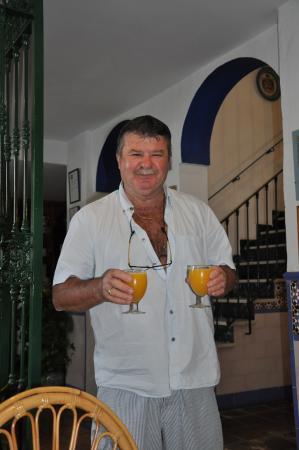 Hostal San Juan: Jean-Pierre serviert den frisch gepressten Orangensaft
