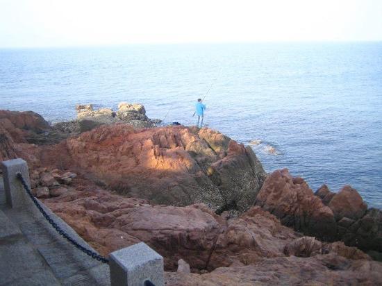 Small Qingdao Island: Visitor fishing around the beach area