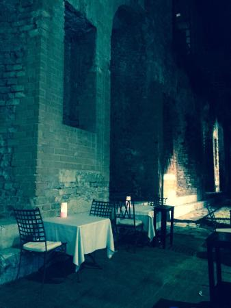 Ristorante Le Naumachie: A sera tarda in un posto incantevole, tra mura millenarie a degustare il meglio della Sicilia...