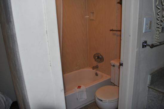 Red Roof Inn Zanesville : Small bathroom