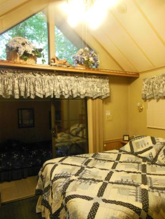 Tiger, جورجيا: comfortable bedroom with slider leading to 2nd small bedroom