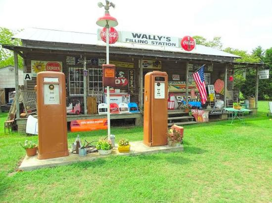 ‪Wally's Filling Station‬