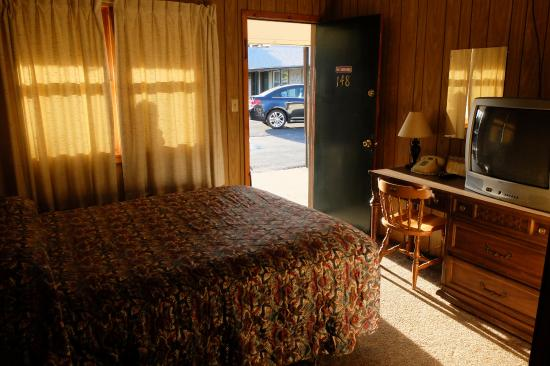Bell's Motor Lodge Motel: Room