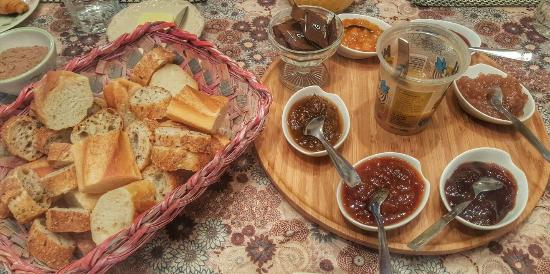 La Grande Heze : Freshly baked breads and home-made jams!