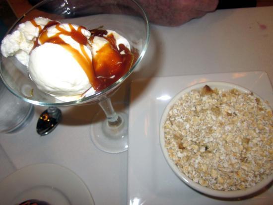 Danville, Pensylwania: Apple Cobbler w/ Vanilla Ice Cream