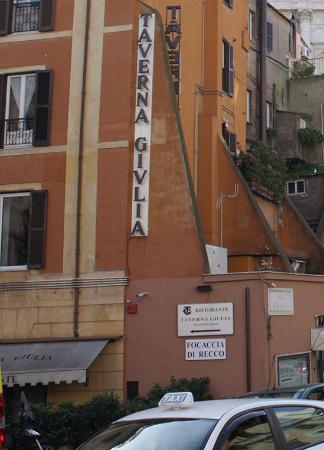 Taverna Giulia : Вывеска ресторана и дом, в котором он расположен