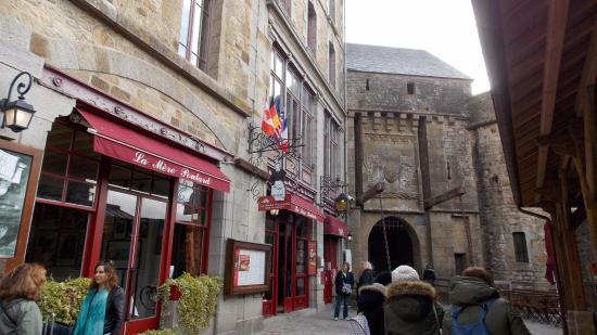 Calles turísticas Mont Saint-Michel - Picture of Abbaye du Mont ...